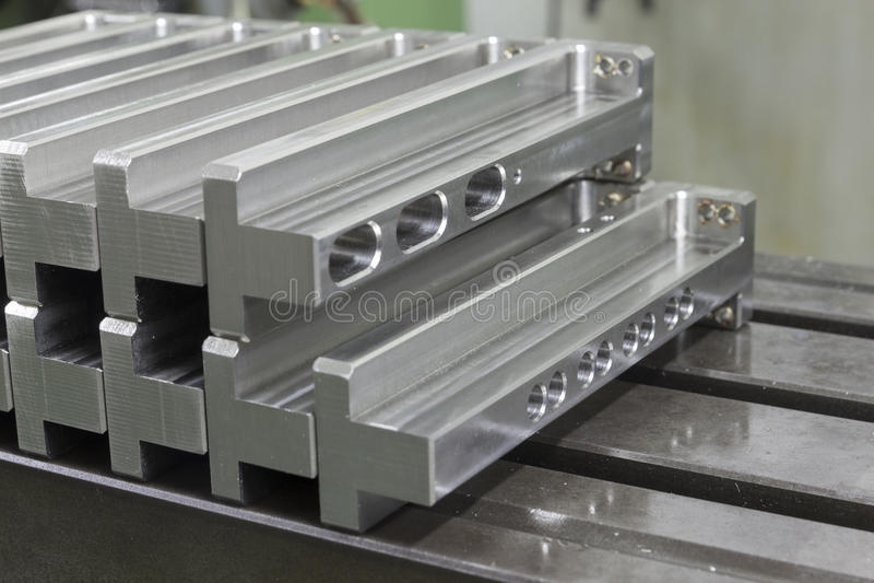 Массив нержавеющей стали изготовления на стальной таблице стоковая фотография rf