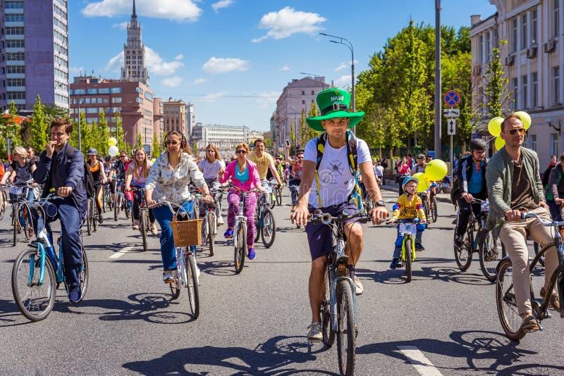 Массовый марафон велосипеда Парад велосипедистов в центре города стоковое фото