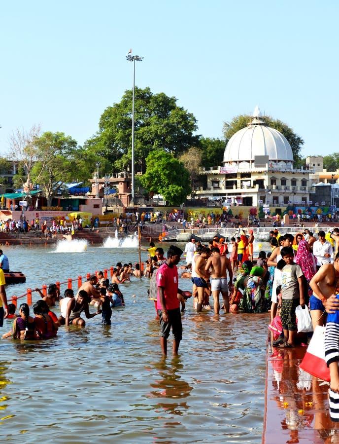 Массовый сход общественной ванны в реке kshipra в большом mela kumbh, Ujjain, Индии стоковые фотографии rf