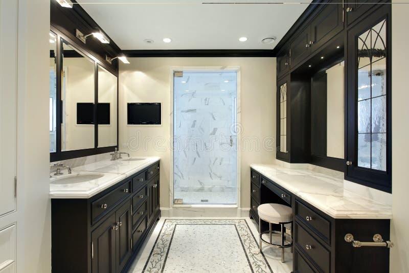 Мастерская ванна с черным cabinetry стоковые фотографии rf