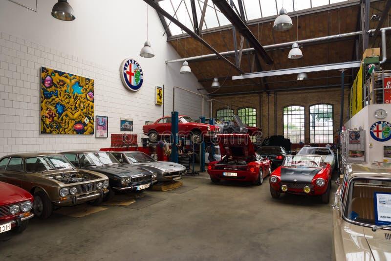 Мастерская восстановления итальянских автомобилей стоковая фотография rf