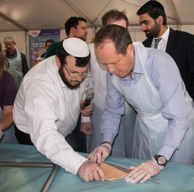Мастерская выпечки matzah мэра Nir Barkat На  стоковые фотографии rf