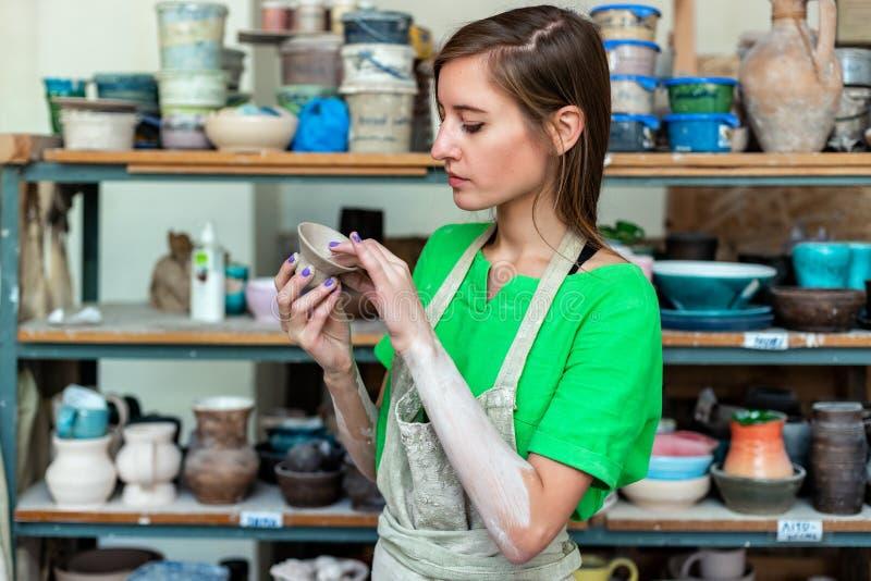 Мастерская концепция класса Дама половинного workmanship поворота спокойная в ее cas стоковое изображение