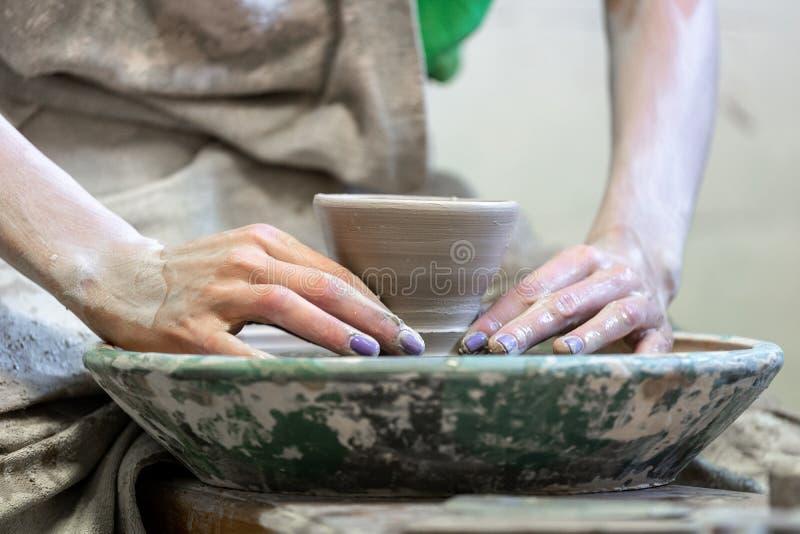 Мастерская концепция класса Подрезанный близко вверх по фото дамы workmanship стоковое фото