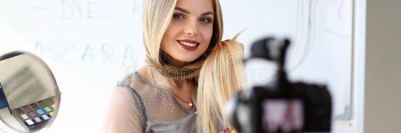 Мастерская красоты молодого блоггера записывая видео- стоковые фото