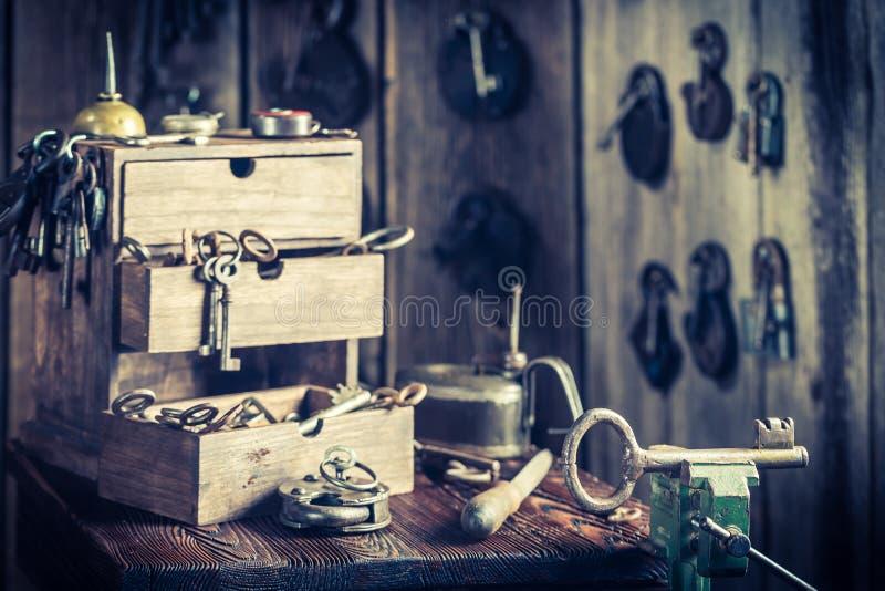 Мастерская Locksmiths с ключами и замками стоковые фото