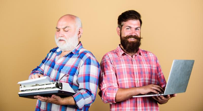 Мастерские новые технологии Современная жизнь и обмылки прошлого старшего человека с машинкой и хипстером с ноутбуком Сразите  стоковая фотография rf