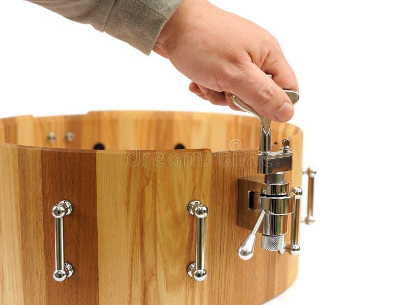 Мастерский делая новый деревянный изолированный барабанчик тенет стоковая фотография