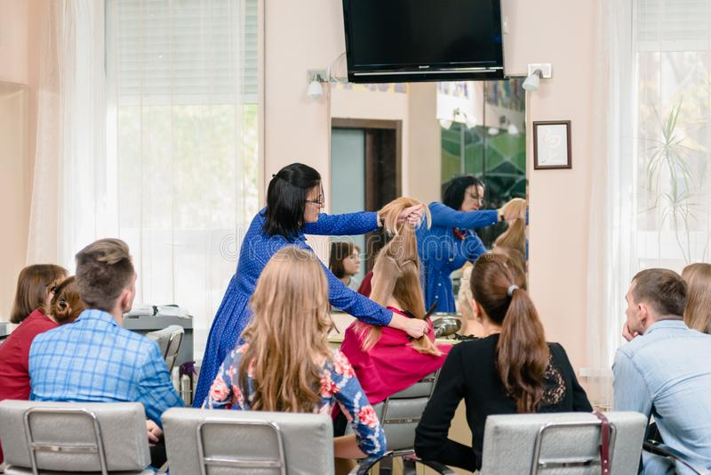 Мастерский класс парикмахерских услуг стоковое фото