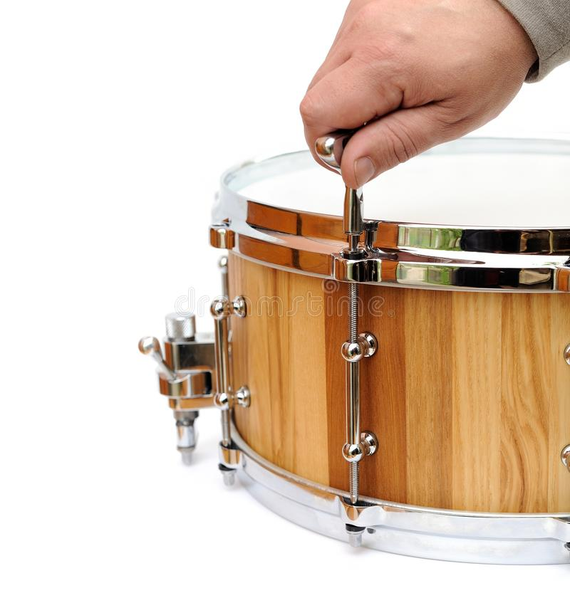 Мастерский настраивая новый деревянный изолированный барабанчик тенет стоковая фотография rf