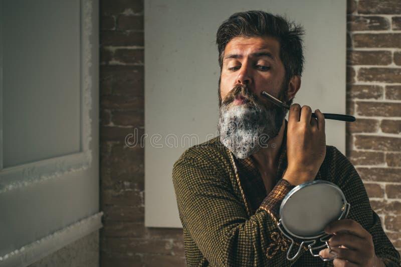 Мастерский парикмахер делает стиль причёсок и стиль с ножницами и гребнем Парикмахер делает стилем причёсок человека с бородой стоковые изображения rf