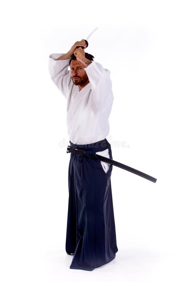 Мастер айкидо с шпагой над его головой стоковая фотография rf