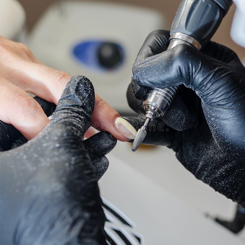 Мастер делает маникюр оборудования стоковое фото