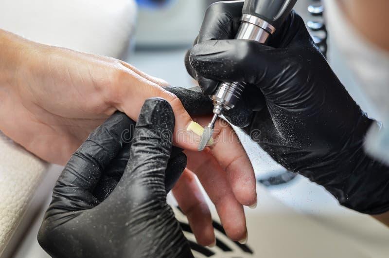 Мастер делает маникюр оборудования стоковое фото rf