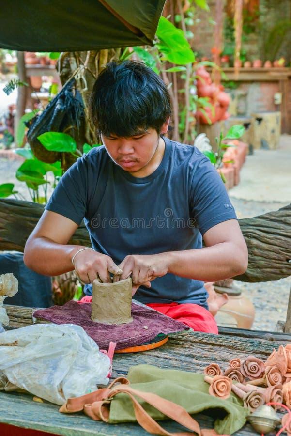 Мастер делая гончарню из кукол и скульптуру животных стоковое фото