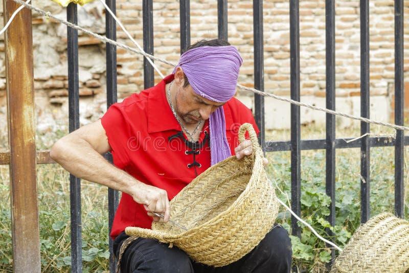 Мастер делая плетеные корзины стоковые изображения rf