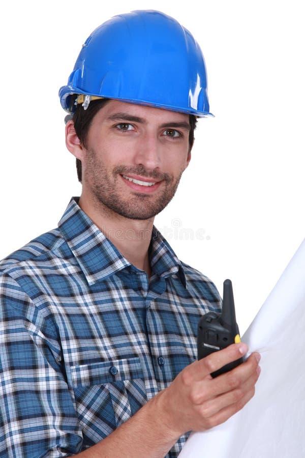 Мастер держа радио и планы стоковая фотография