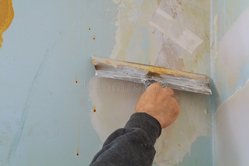 мастер делает квартиру ремонтов и выравнивать стены с замазкой стоковое изображение rf