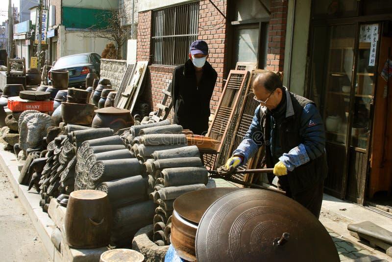 Мастер делая плитки на улице стоковое фото
