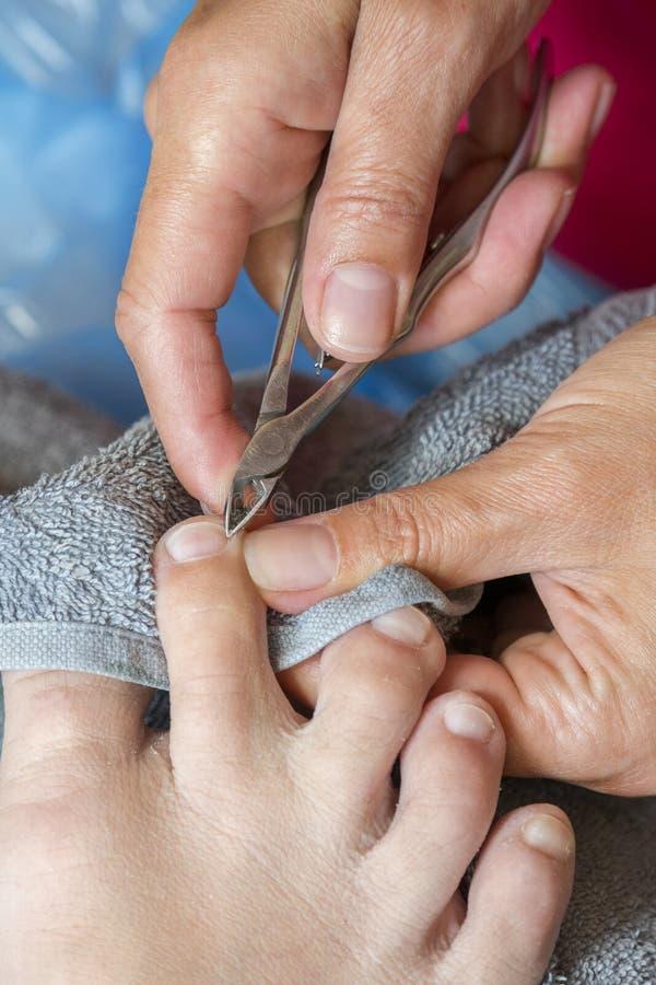 Мастер используя профессиональные аппаратуры делая pedicure Обработка Pedicure в салоне красоты Закройте вверх по концепции стоковые изображения