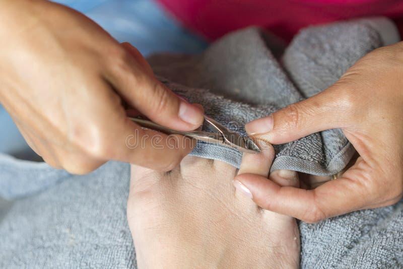 Мастер используя профессиональные аппаратуры делая pedicure Обработка Pedicure в салоне красоты Закройте вверх по концепции стоковые фото