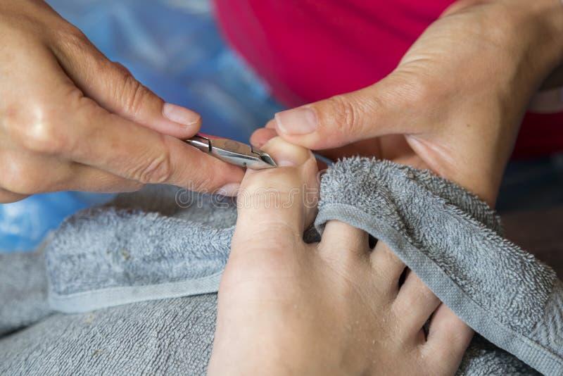 Мастер используя профессиональные аппаратуры делая pedicure Обработка Pedicure в салоне красоты Закройте вверх по концепции стоковое фото rf