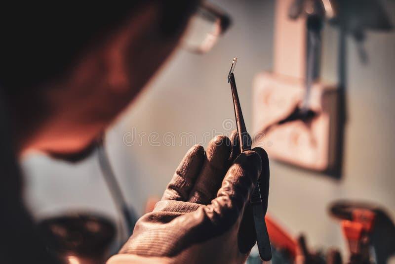 Мастер на его мастерской restouration с миром стекла в его руках стоковая фотография rf