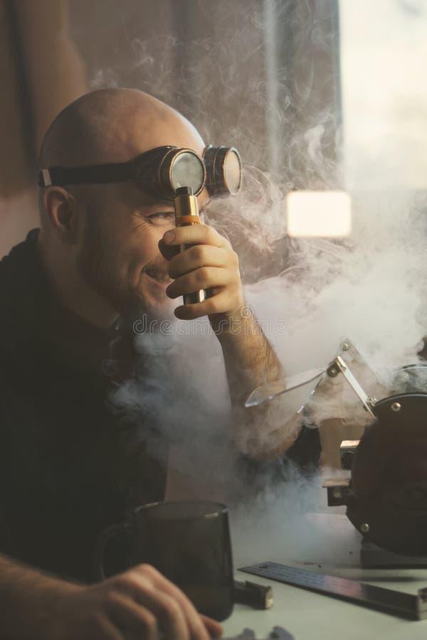 Мастер на перерыве курит и выпивает горячий напиток стоковое изображение rf