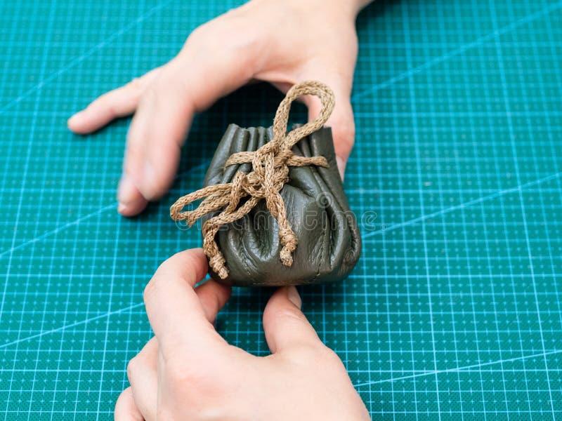Мастер показывает сложенный завязанный мешок drawstring стоковая фотография
