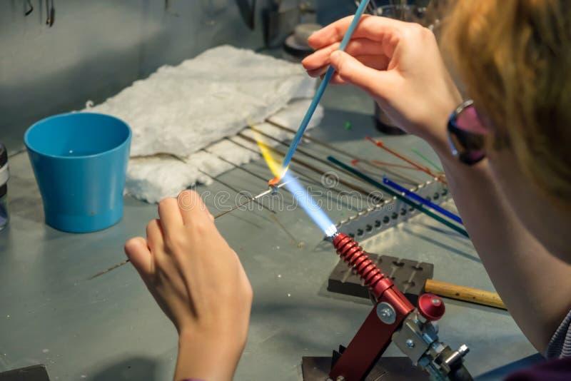 Мастер стекла в его работе делает handmade орнаменты стоковая фотография
