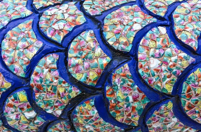 Масштабы дракона коллажа, сделанные из сломленного красочного шара керамики стоковые изображения