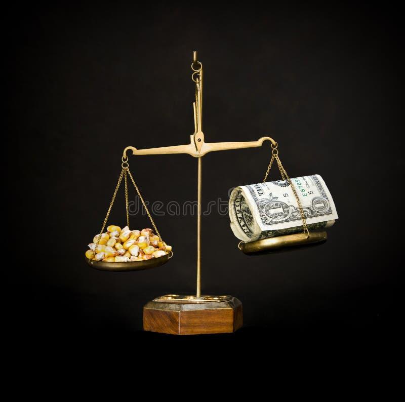 Масштабы с мозолью и деньгами. цены на продукты питания идут вверх. стоковое изображение rf