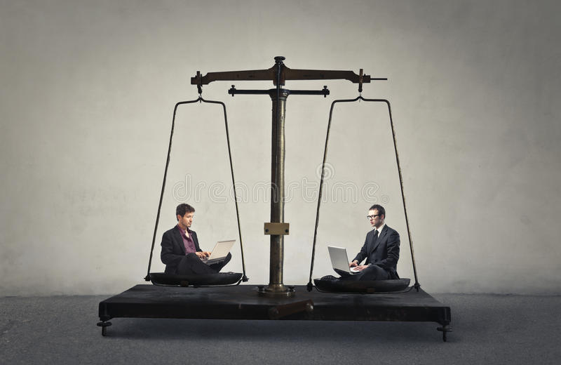 Масштаб бизнесменов стоковое фото