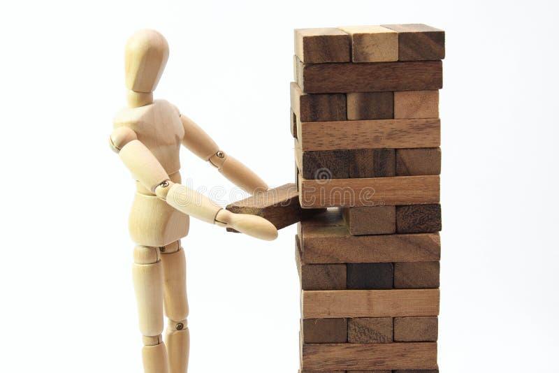 Масштаб деревянного манекена человеческий модельный играя игру стоковое фото rf
