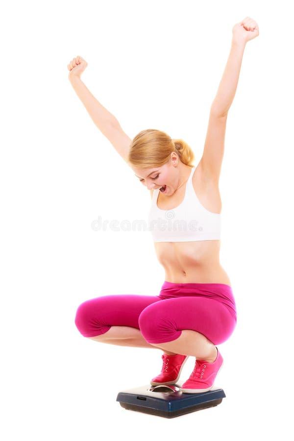Масштаб счастливой женщины веся Уменьшение потери веса стоковое изображение rf