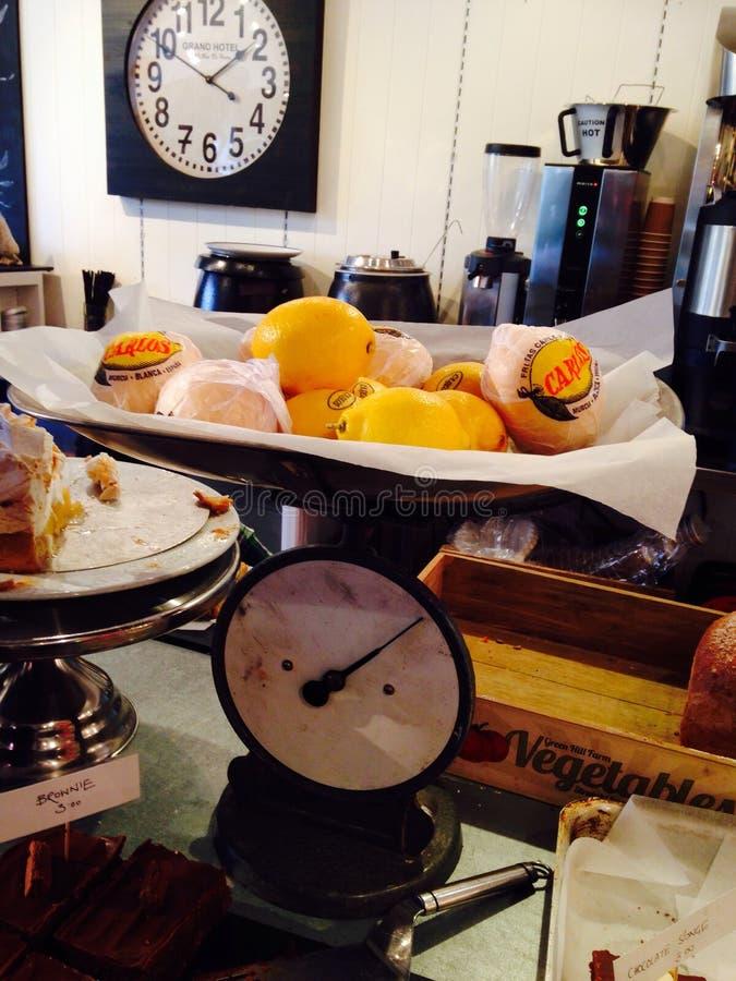 Масштаб с лимонами стоковое изображение rf