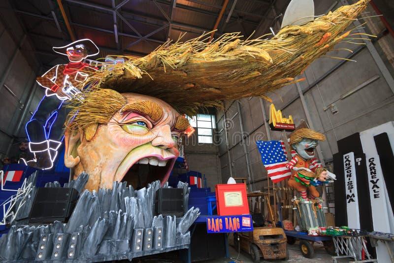 Масленица с карикатурой Дональд Трамп на иносказательной тележке в Viare стоковые фотографии rf