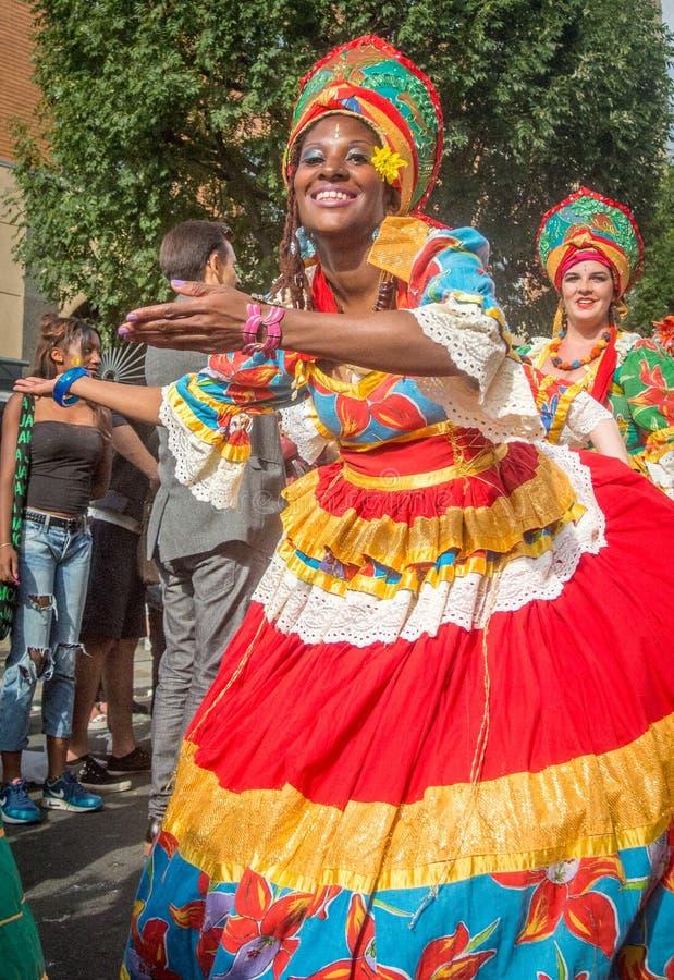 Масленица Notting Hill в танцевать дамы Лондона сексуальный стоковое изображение rf
