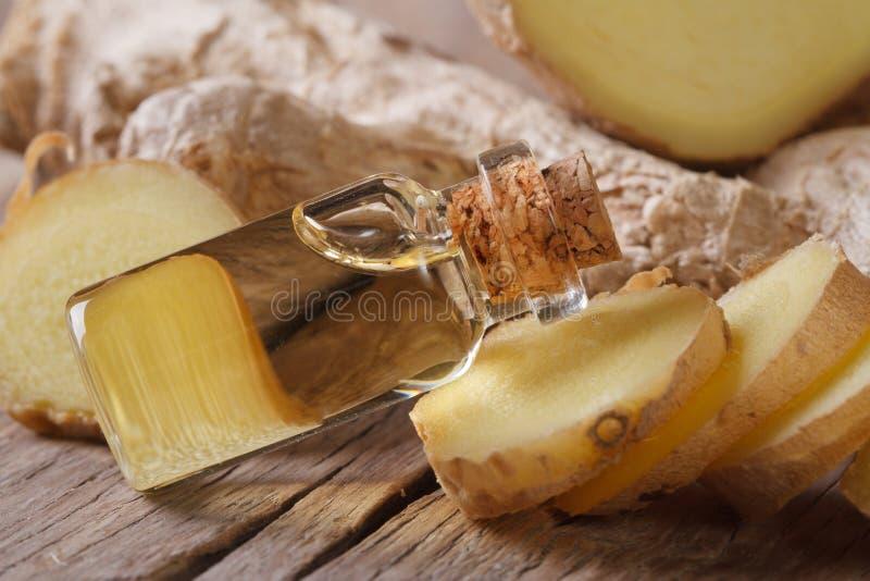 Масло имбиря в малом макросе стеклянной бутылки горизонтальном стоковая фотография rf