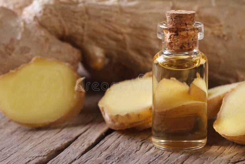 Масло имбиря в стеклянной бутылке с макросом пробочки стоковая фотография rf