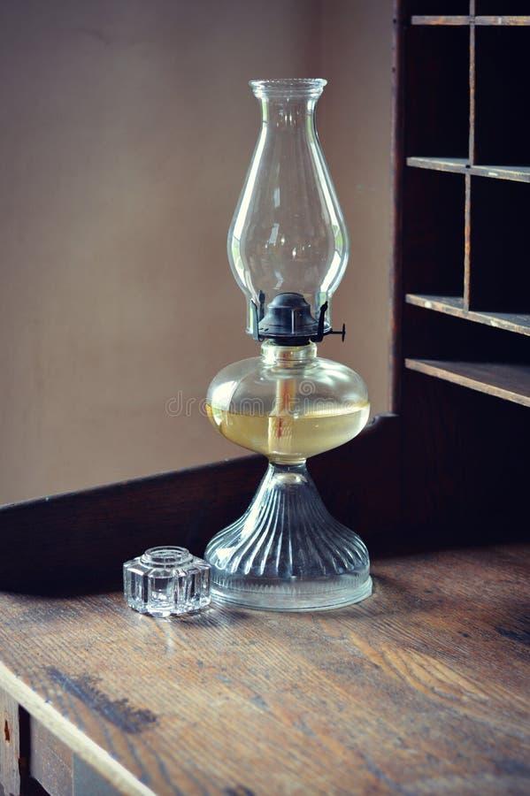 Масляная лампа на столе стоковая фотография rf