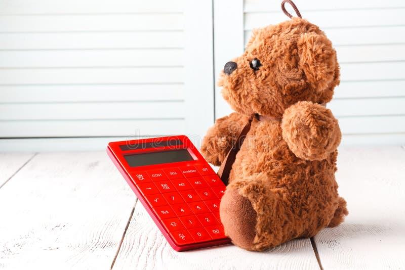Математика исследования с плюшевым медвежонком стоковые фотографии rf