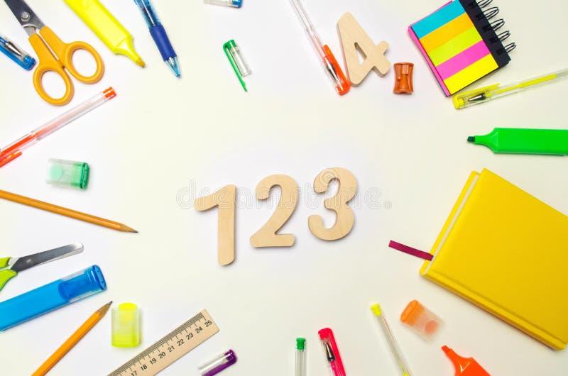 математика 1, 2, 3 на столе школы яблоко записывает красный цвет образования принципиальной схемы задняя школа к stationery Белая стоковые изображения