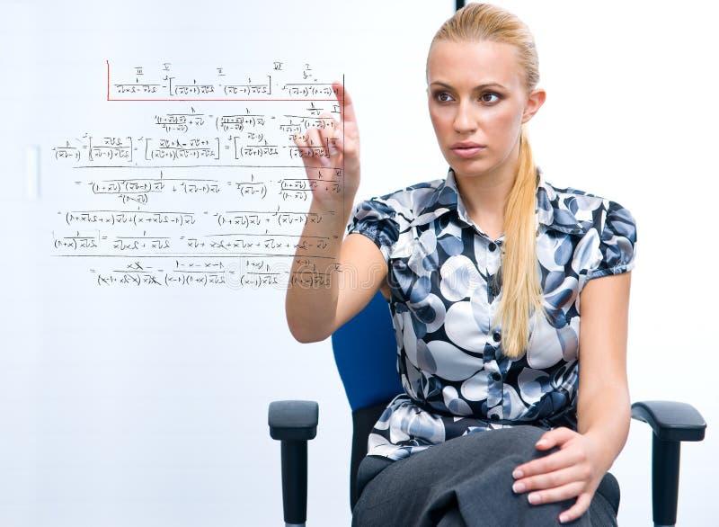 математика формулы разрешая женщину стоковая фотография