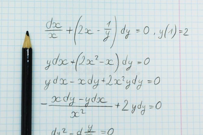 Математические примеры в тетради, вычисления стоковые изображения