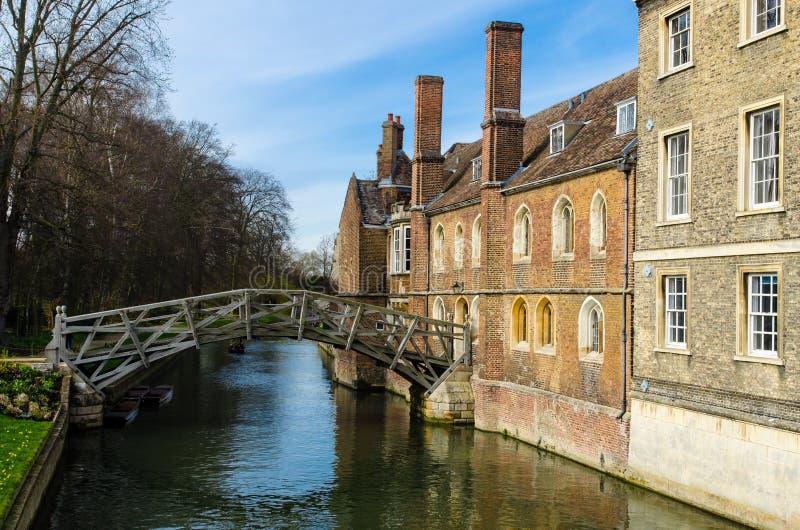 Математически мост на кулачке реки, Кембридже, Великобритании стоковые фото