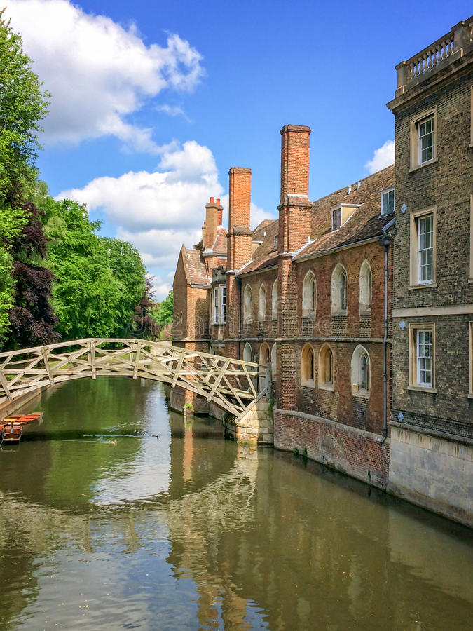 Математически мост на кулачке реки и университет коллежа ` s ферзя Кембриджа, в Кембридже u стоковая фотография rf