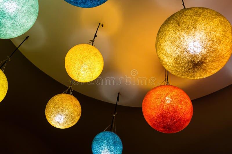 Материалов старой традиции Азии стиля люстры воздушного шара лампы предпосылки дизайн ярких бумажных красных желтых голубых оранж стоковая фотография rf