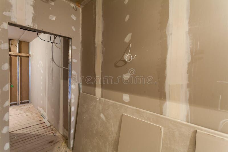 Материал для ремонтов в квартире под конструкцией, remodeling, отстраивать и реновацией стоковые фотографии rf