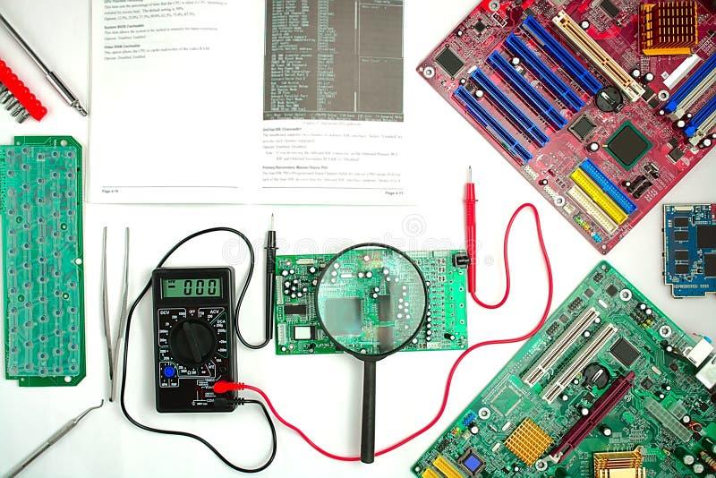 Материнская плата компьютера, диагностики и ремонт, измеряя аппаратуры стоковые фотографии rf